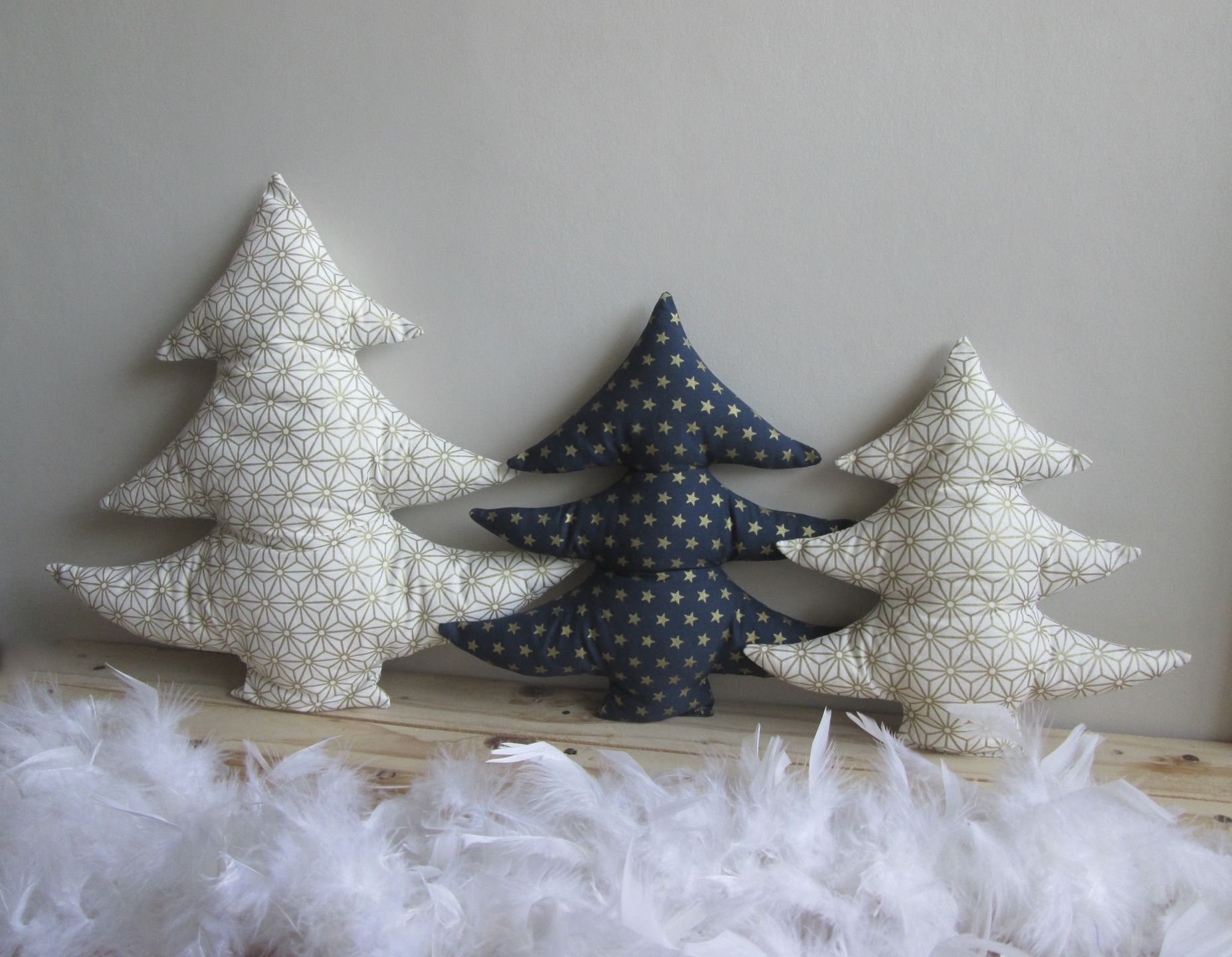 lot de 3 sapins de no l tissu cru et dor et bleu toiles. Black Bedroom Furniture Sets. Home Design Ideas