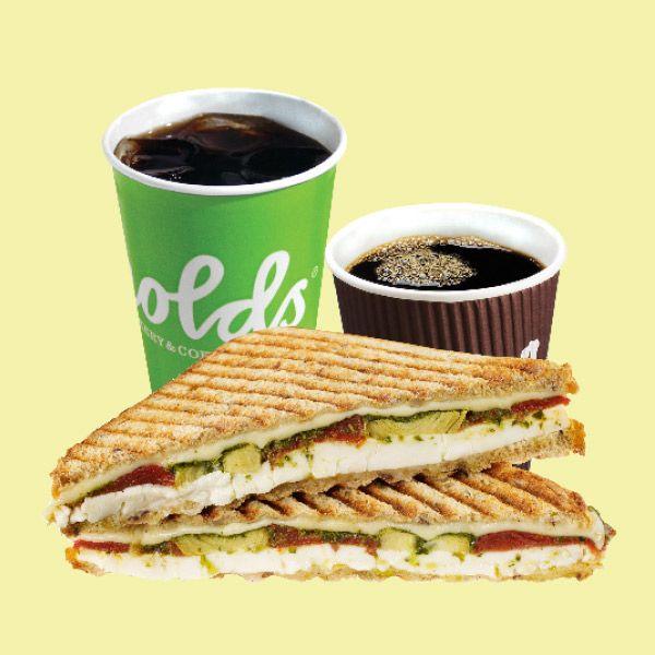 Toast ja pieni juoma aamuisin klo 11 saakka 4,50 €, norm. 5,80 €. Arnolds Bakery & Coffee Shop, E-taso.
