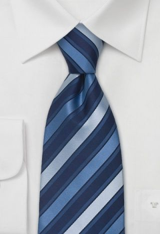 #Businesskrawatte mit Streifen in Blautönen  Von der für erstklassige #Verarbeitung bekannten Marke Parsley stammt diese designfreudige Herrenkrawatte in eleganter Streifenoptik. Auftief dunkelblauem Grund liegen breite Streifen in #Nuancen von Eisblau und Blausilber.