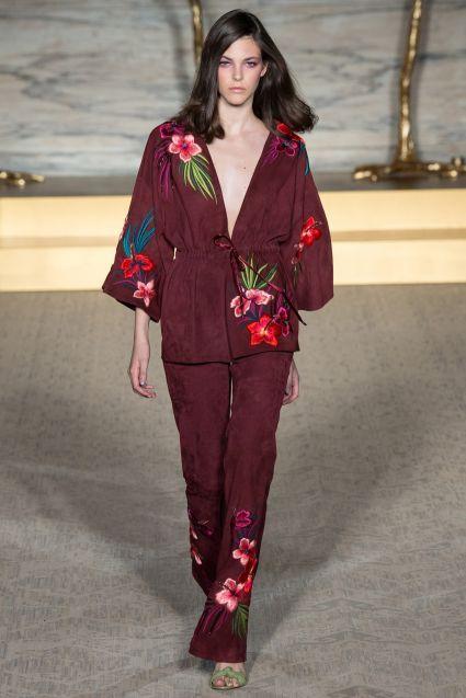 Matthew Williamson Primavera-Verano 2015: glamour con mucha personalidad. Conjunto de kimono y pantalón burdeos con estampado oriental de flores.