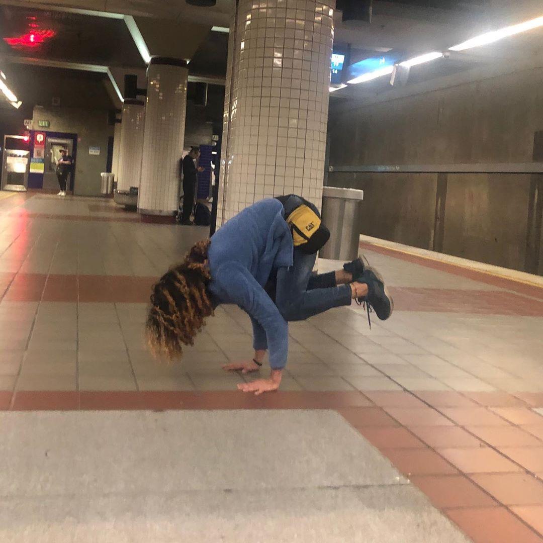 Esperando el metro en modo yoga #yoga #yogaeverydamnday #yogi #yogaforeverybody #yogateacher #fitnes...