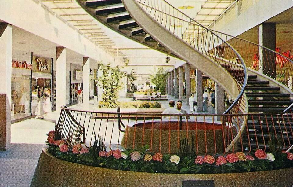 Lloyd Center As An Open Air Mall Bay City Oregon Visit Portland Oregon Vintage Mall