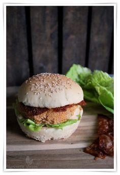 Veganer Chicken Burger und Reispapier-Bacon