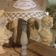 ( réservée )sublime lampe  style campagne chic patinee lin et argile  abat jour lin et dentelle