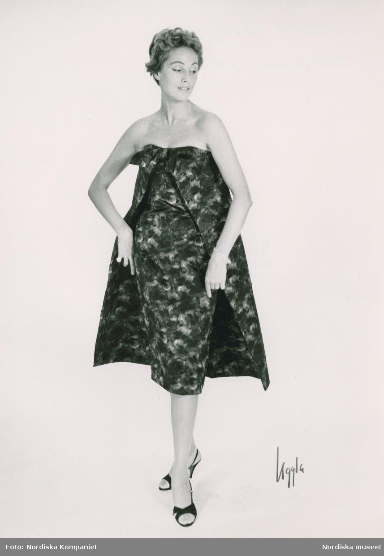 Modell i klänning i blommig ottoman f98ed4996d77e