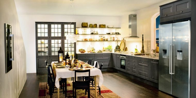 cucina-arredata-stile-country-mobili-legno-colore-nero-mensole-vista ...