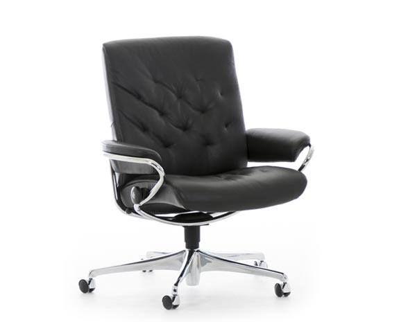 fauteuil de bureau vintage sur roulettes en cuir noir inclinable grand confort le stressless metro low back office ici en cuir noir