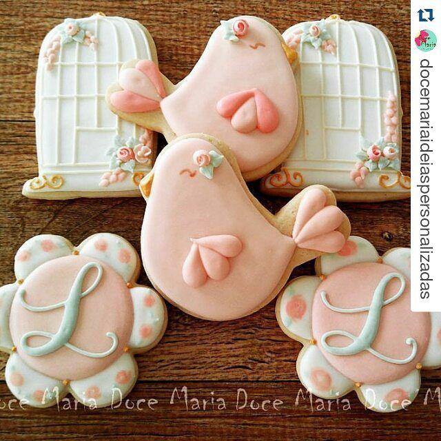 Que lindas...... #Repost @docemariaideiaspersonalizadas with @repostapp ・・・ Passarinhos, gaiolas e monogramas para o tema shabby chic #shabbychic #festainfantil #festademenina #biscoitosdecorados #bolachasdecoradas #cookiesdecorados #sugarcookies #docemariaideiaspersonalizadas #docemariabiscoitosdecorados #primeiraprimaveradaliz