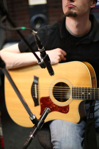 Home Recording Tips 10 Acoustic Guitar Mic Techniques Disc Makers Guitar Mic Acoustic Guitar Guitar