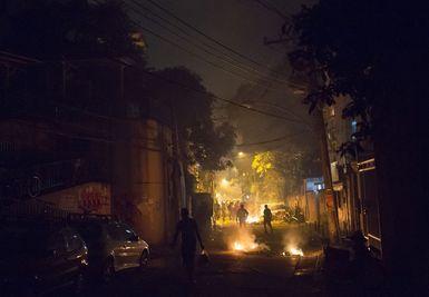 23.04.14 / Émeutes à Rio de Janeiro, deux mois avant la Coupe du monde / Pneus brûlés en guise de barricades, coups de feu et casse : de violentes émeutes ont éclaté dans la soirée du mardi 22 avril dans une favela du quartier touristique de Copacabana, dont deux grandes avenues et un tunnel ont été fermées à la circulation. Un jeune homme, qui aurait environ 30 ans, a été tué d'une balle dans la tête au cours des affrontements. A l'origine de cette flambée de violence : un danseur ...