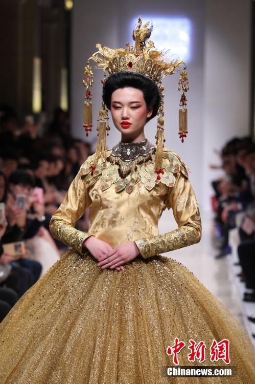 Chinese wedding dresses are presented in Shanghai http://www.chinaentertainmentnews.com/2015/04/chinese-wedding-dresses-presented-in.html
