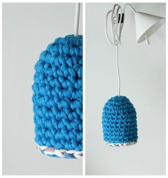Gehaakte hanglamp blauw uit de serie -ONE-    De lamp is gemaakt van 'duurzaam restmateriaal uit de textielindustrie'. Het materiaal is  elastisch,...