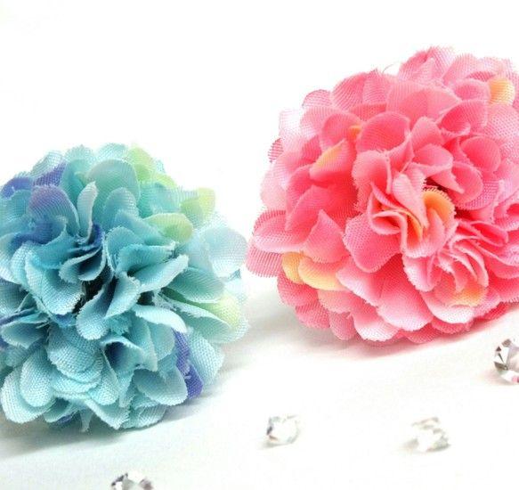 ふわっと広がる丸い花弁が可愛らしい、造花のダリアが主役の指輪です。ダリアの花弁中央には、さりげなくスワロフスキーのビーズが配置されています。左右にあるダイヤカ...|ハンドメイド、手作り、手仕事品の通販・販売・購入ならCreema。