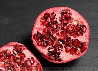 Granatapfel halbiert (Anschnitt)