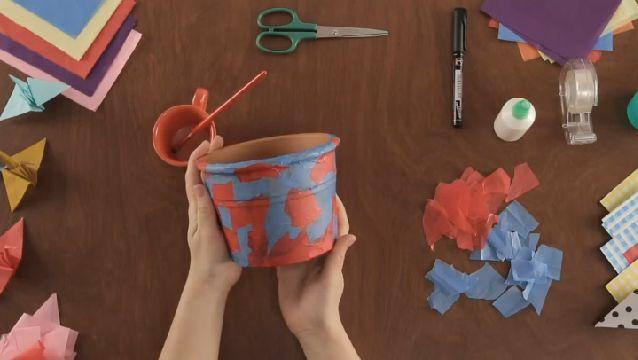 Como Decorar Una Maceta Con Papel Tisu Ehow En Español Papel Tisu Proyectos De Arte Sobres De Papel
