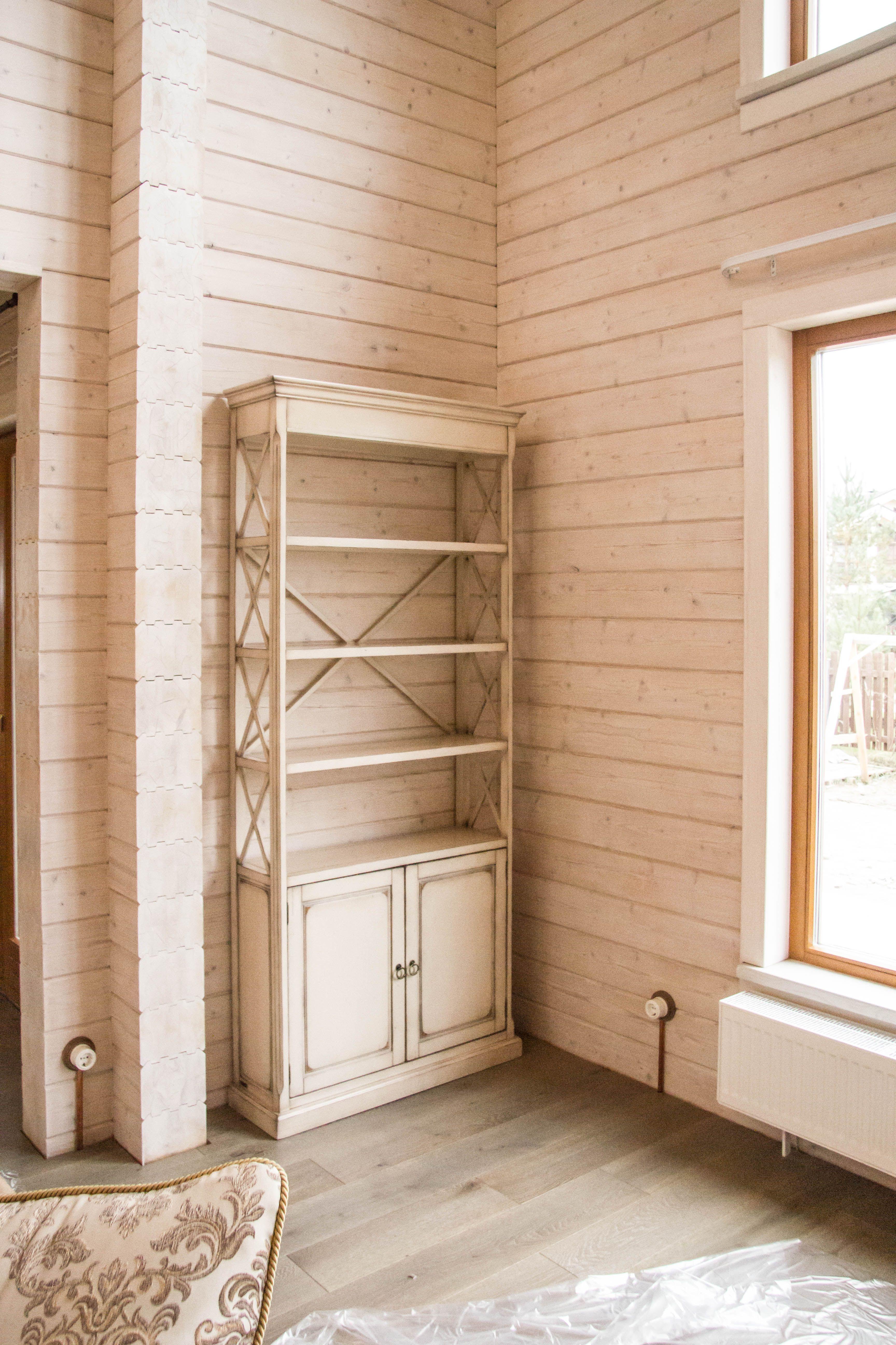 высокий деревянный стеллаж на основательном подиуме High