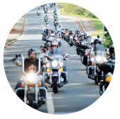 O envio de kits de boas-vindas é uma das apostas de empresas para dar início ao relacionamento com o cliente. O passo seguinte é estabelecer um canal de comunicação que conduza o consumidor a uma imersão na cultura da marca e, em alguns casos, até convidá-lo para uma aventura. É o caso da Harley Davidson