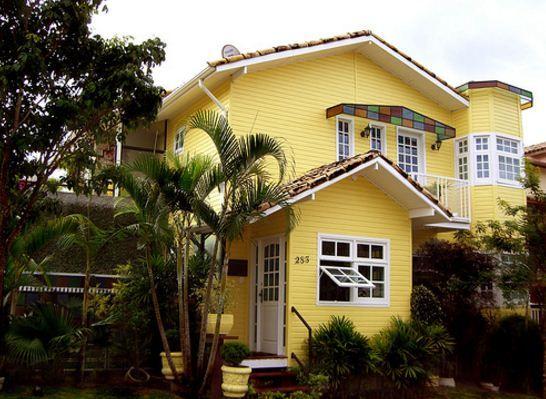 Fachadas de casas de color amarillo y blanco Casa amarilla santiago