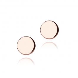 Brug de simple flade øreringe som en diskret detalje i dit look, eller sammen med flere ringe i ørene for at skabe et smukt, sammensat udtryk.DOT-kollektionen spiller på det simple og den sidste detalje, som et punktum i slutningen af sætningen. Brug DOT-øreringene som en lille detalje ved siden af større øreringe, eller for sig selv til et minimalistisk udtryk. Flad, rund ørestik i poleret rosaforgyldt sterlingsølv. Øreringen måler 0,50 mm i tykkelsen og 7 mm. i diameter.
