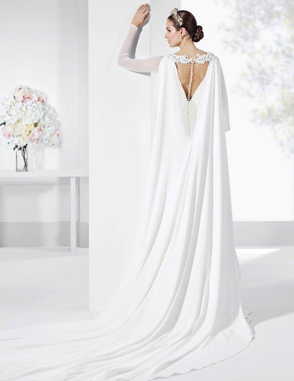 traje de novia con capa de crep natural y escote en v de espalda