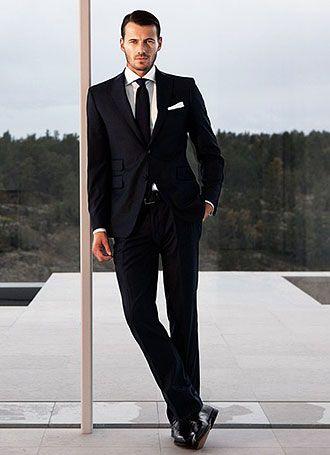 b0a9113515eed 全身黒でまとめる、貫禄ある雰囲気にメンズ 黒スーツ 着こなし