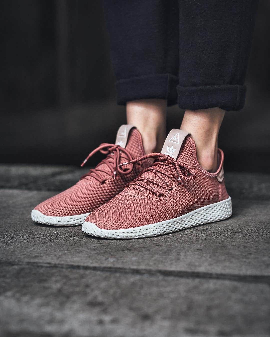 Adidas Women S Originals Pharrell Williams Tennis Hu Casual Shoes 110 Pay Tribute To An Icon In The Women S Adidas Originals Pharre Mode Fur Frauen Mode Frau