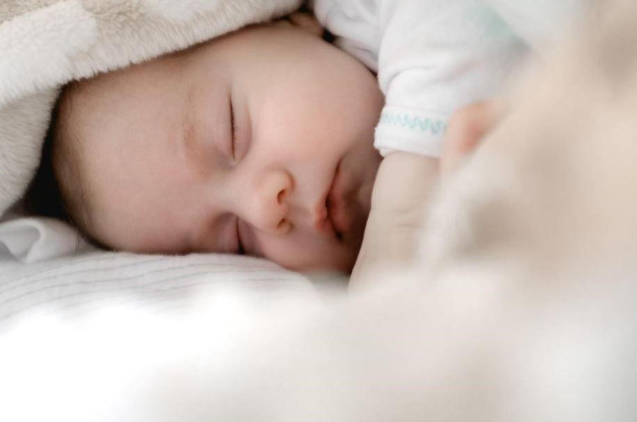 ما يقال للمولود الجديد عبارات تهنئة ومباركة لمن رزق بمولود Baby Sleep Baby Care Tips Baby Crying
