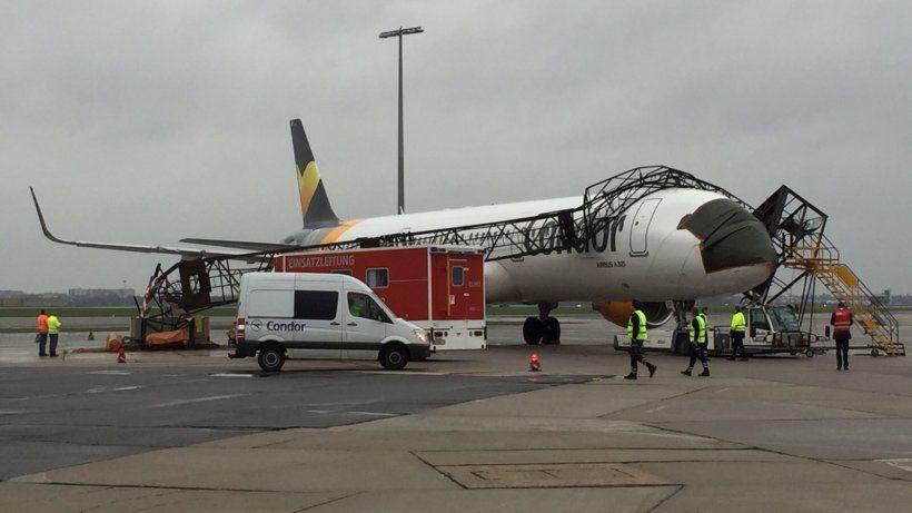 Flughafen Schönefeld Airbus rammt Lichtmast Flughafen