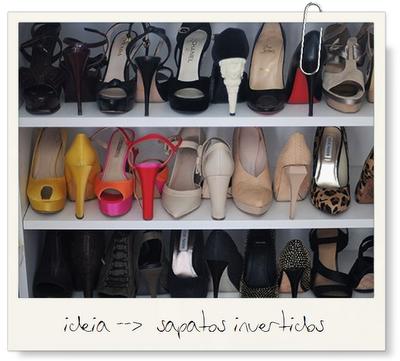 Guardar os sapatos com os pés invertidos economiza espaço.