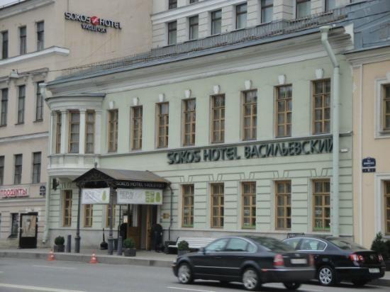 Vasiljevski hotellin pääsisäänkäynti erottuu edukseen.