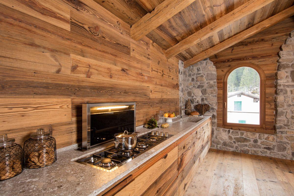 Cucina in legno antico e ante a doghe orizzontali