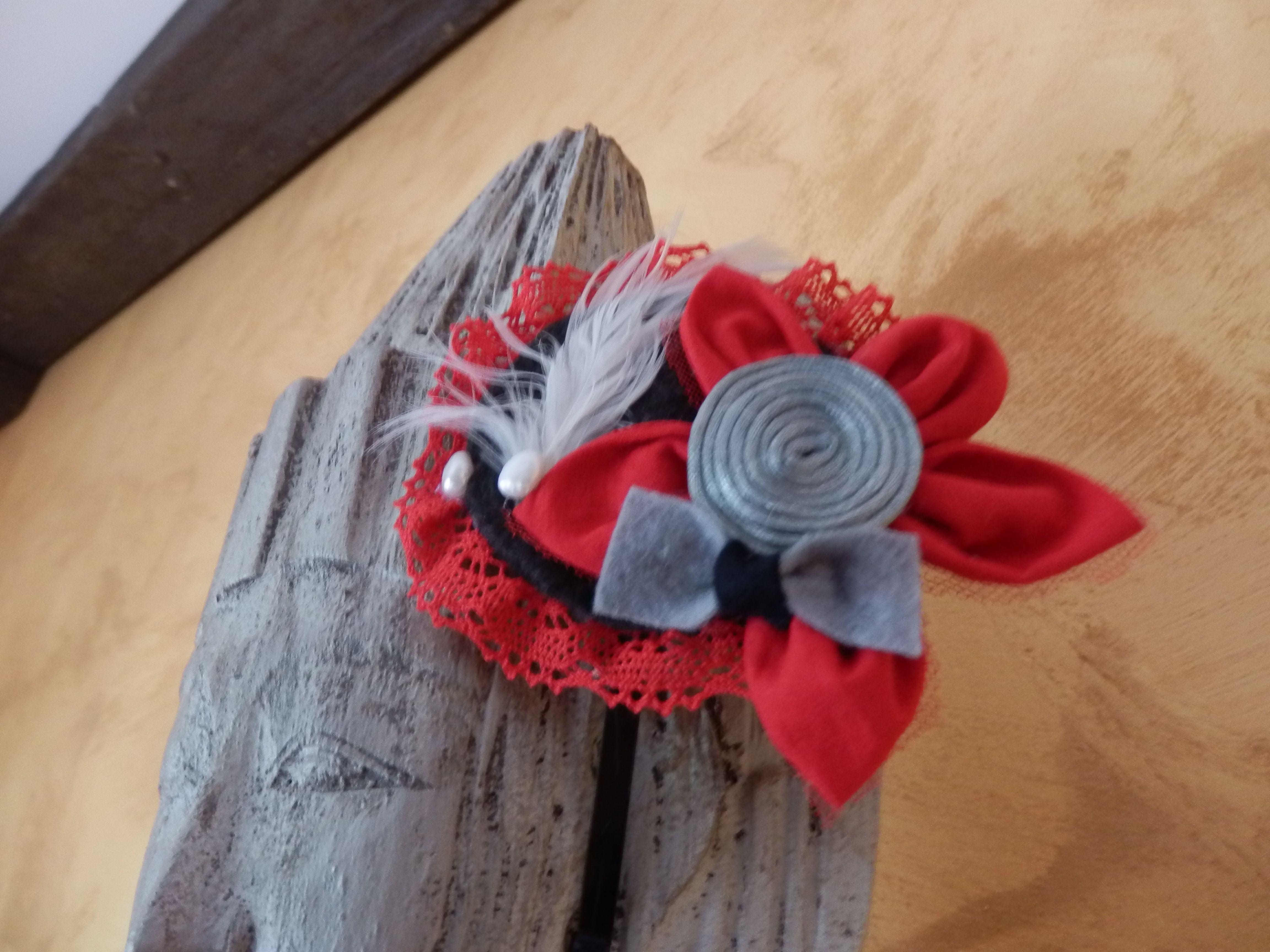 en rojo con puntilla roja,pluma y puntilla sy perlas de Algodón de Luna