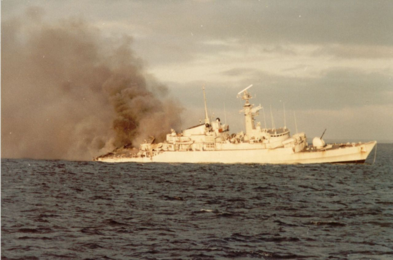 HMS Ardent burns as she sinks after being bombed by Argentine aircraft, 22 May 1982 during the Falklands War, AKA Guerra de las Malvinas.