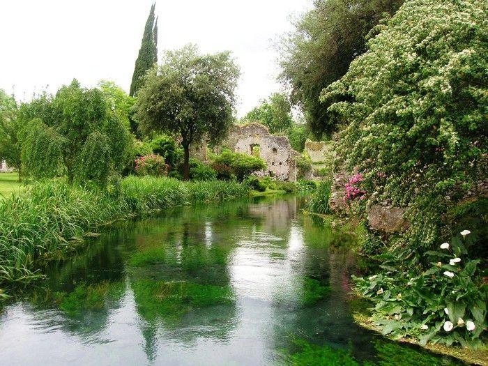 A região central da Itália esconde este lindo e elegante jardim, cuja beleza é realçada pelas construções medievais ao redor. O jardim se destaca pela beleza das flores e árvores de diferentes espécies. Para relaxar, pode-se deitar na grama e apreciar a calma e tranquilidade do local, ouvindo o canto dos pássaros.    Hidden Gems