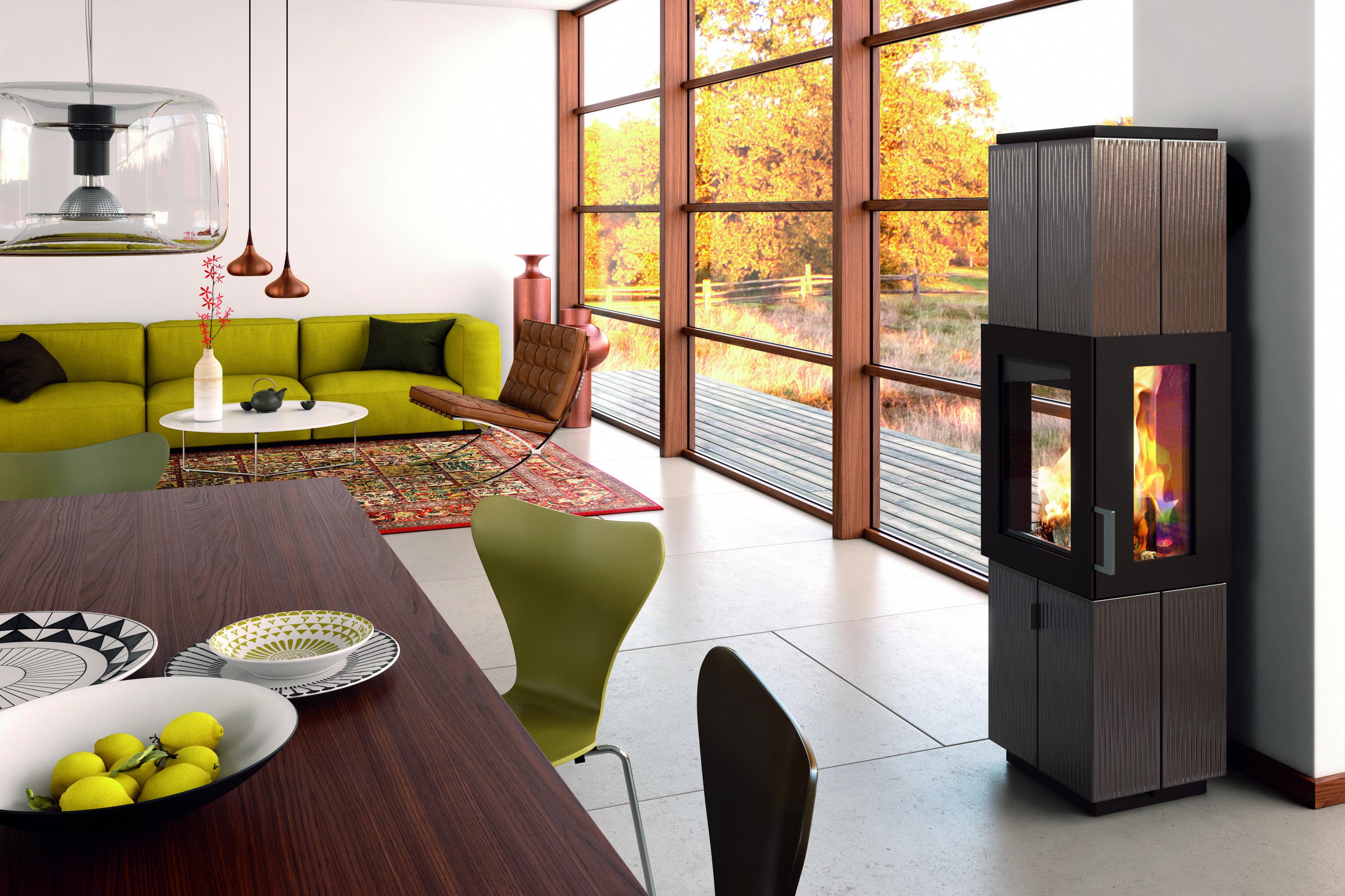 Ein Kaminofen ist modern und macht ein Zuhause gemütlich. Neben dem ...