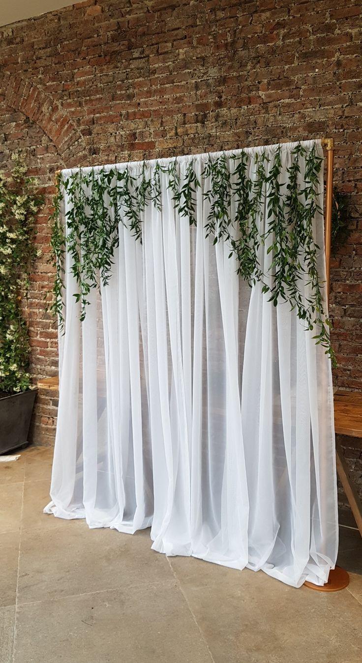 Photo of Arco de cobre con cortinas y follaje en Fig House, Middleton Lodge North Yor …