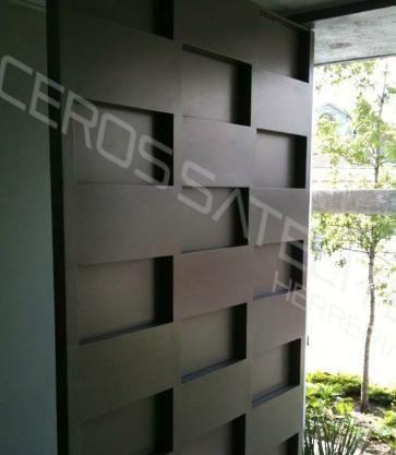 Puertas automaticas portones y herreria puertas de forja for Portones de entrada principal