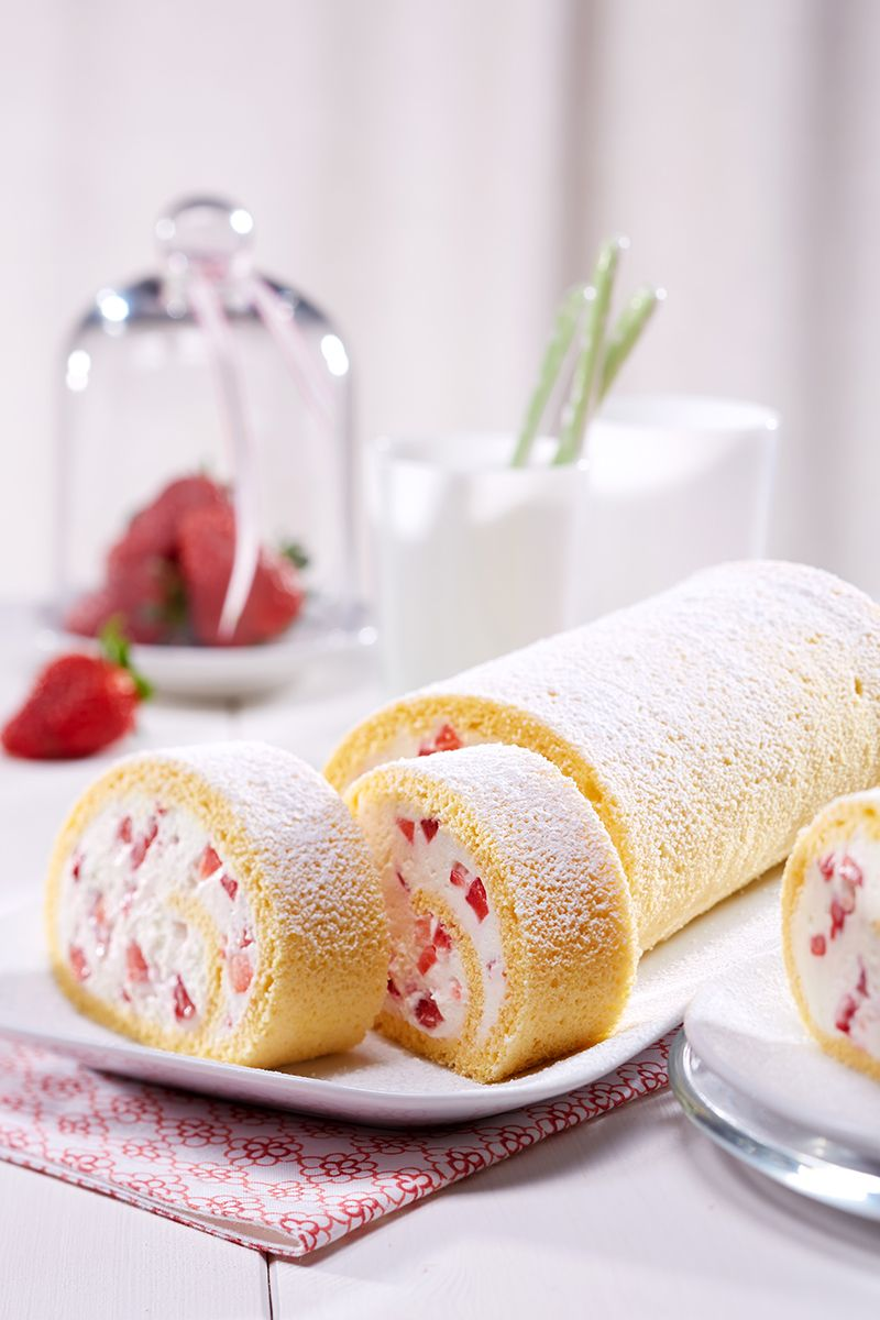 erdbeer quark rolle eine fruchtige biskuitrolle mit erdbeeren und quark erdbeer rezepte. Black Bedroom Furniture Sets. Home Design Ideas