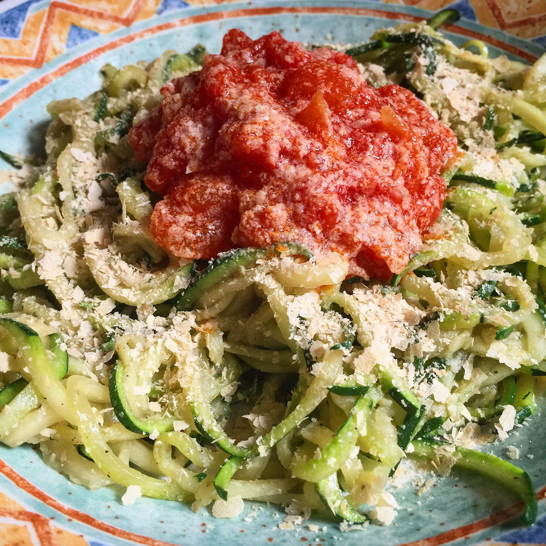 Espaguetis de calabacín salteados con salsa de tomate 🍅 y levadura nutricional