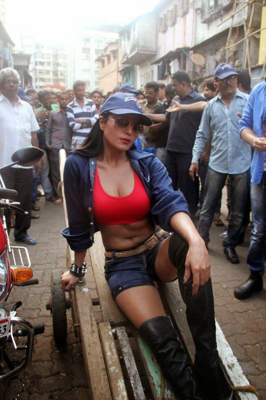 Heroine Veena Malik Hot Bikini Photos Images Pictures Wallpapers