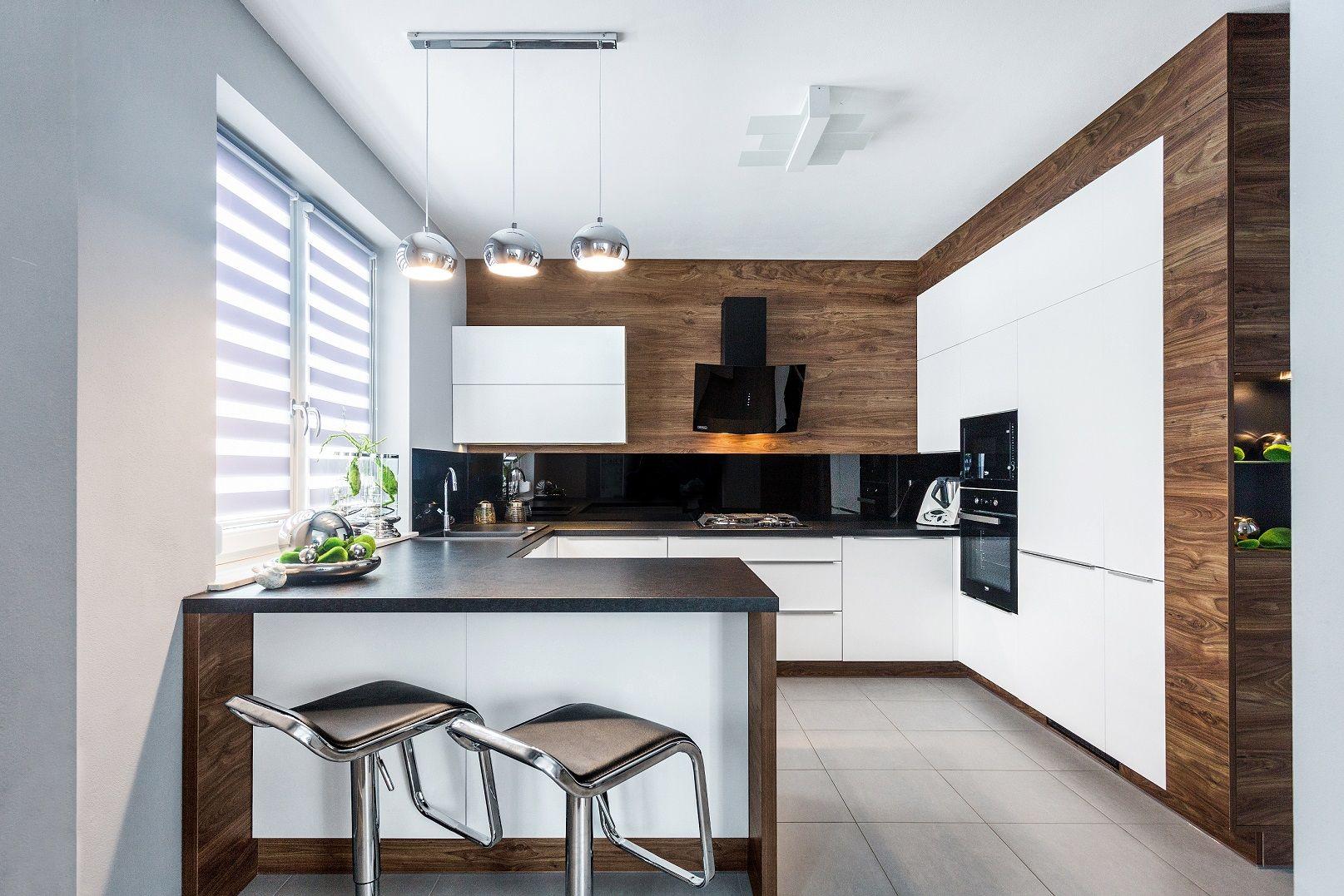 Boisz Sie Sterylnej Bieli W Kuchni Przelam Ja Cieplym Odcieniem Drewna Kuchn Kitchen Interior Design Modern Luxury Kitchen Modern Kitchen Inspiration Design