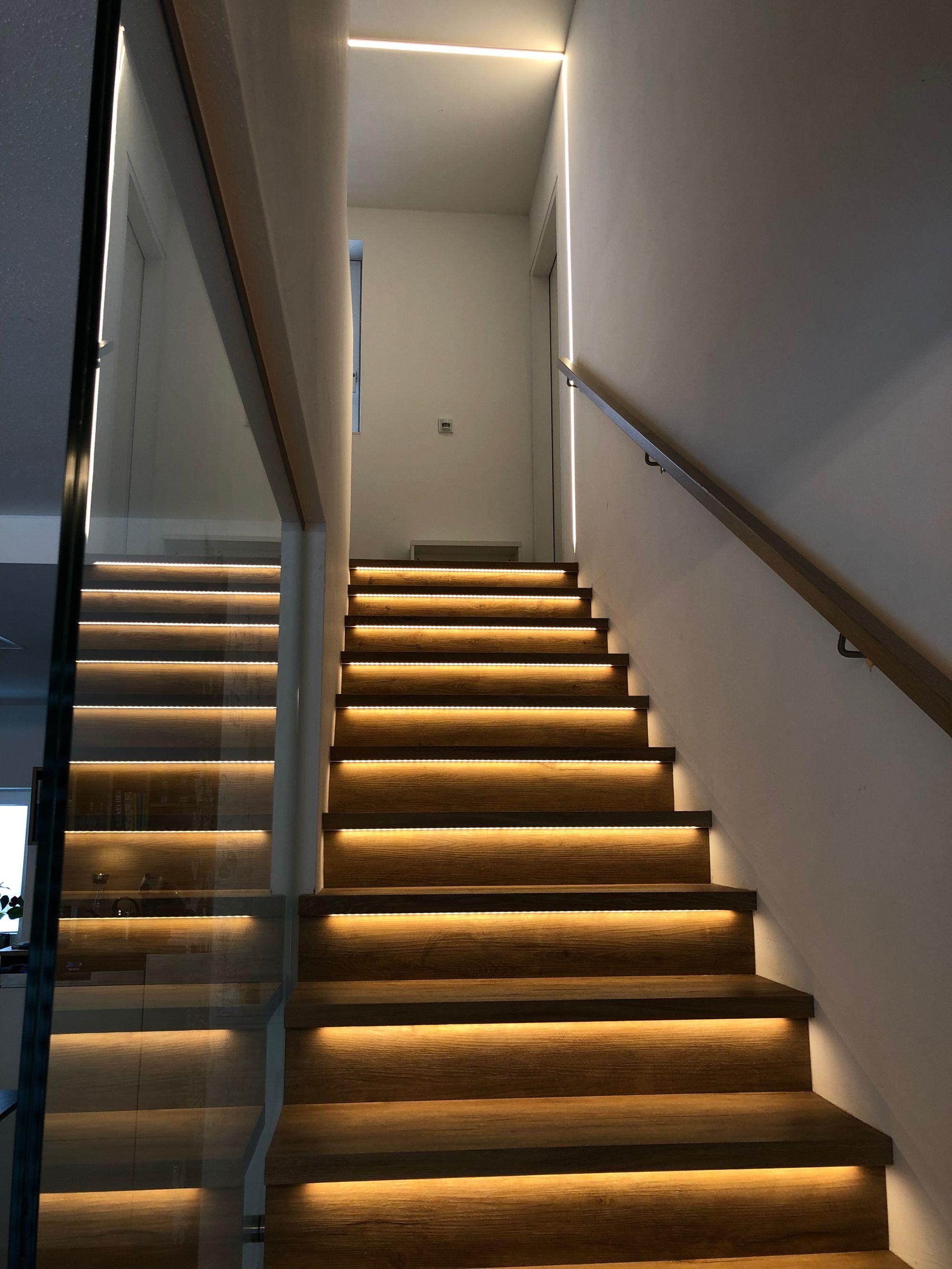 Spannende Lichtakzente Im Treppenhaus Ein Tolles Beispiel Wie Man Led Leuchten Auf Eine Innovative Art Und W Treppenbeleuchtung Treppenhaus Beleuchtung Treppe