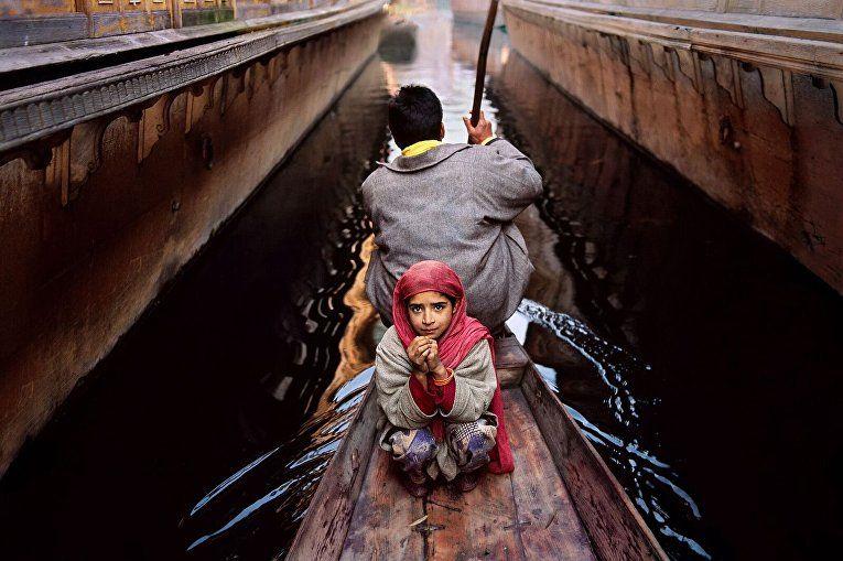 Отец и дочь на озере Дал. Шринагар, Кашмир, 1996 год.
