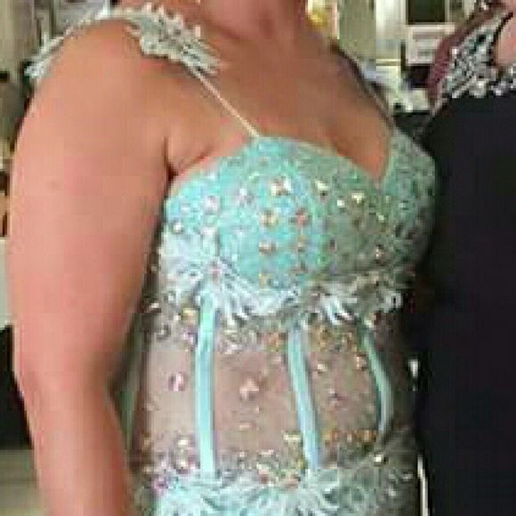 Mint green occasion dress My sister dress, wear it two times, very elegant pictures doesn't justice, see through stomach area, long floor length has small train in the back , zipper in the back. Lace and chiffon. Size 14 Dresses Prom