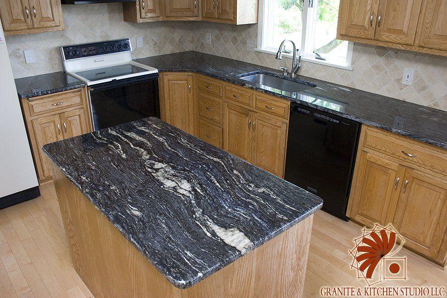 Cosmic Black Granite Countertops with a Crema Marfil Tile - spülbecken küche granit