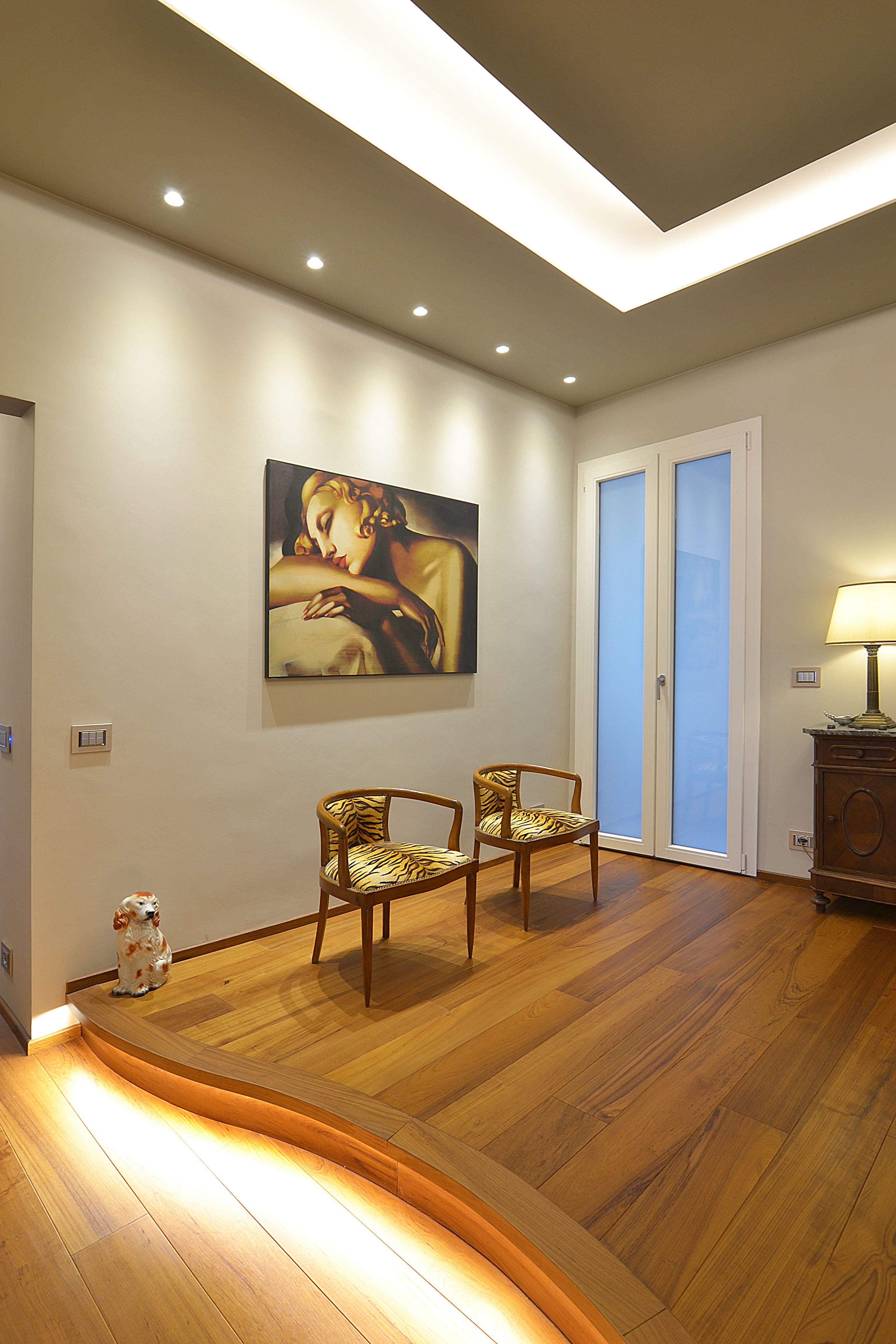 ingresso parquet sedie dipinti quadri controsoffitto