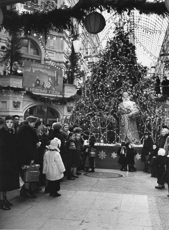 Ёлка в ГУМе 1950-е Фото Эммануила Евзерихина СОЮЗ Pinterest
