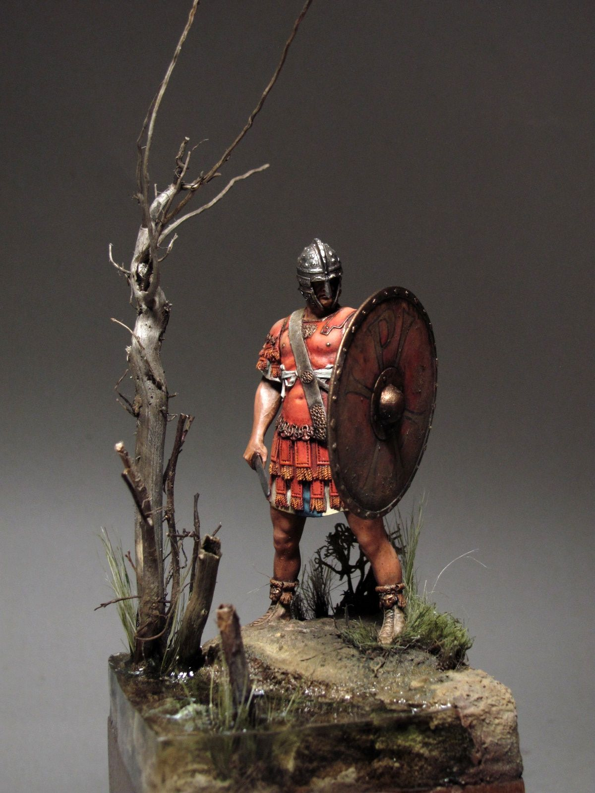 Stunning Roman toy soldier with shield. Great details in the diorama. Painted by Hardrada.