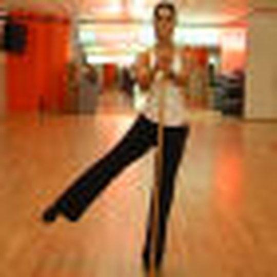 Exercice 4 : abduction de la hanche debout avec bâton
