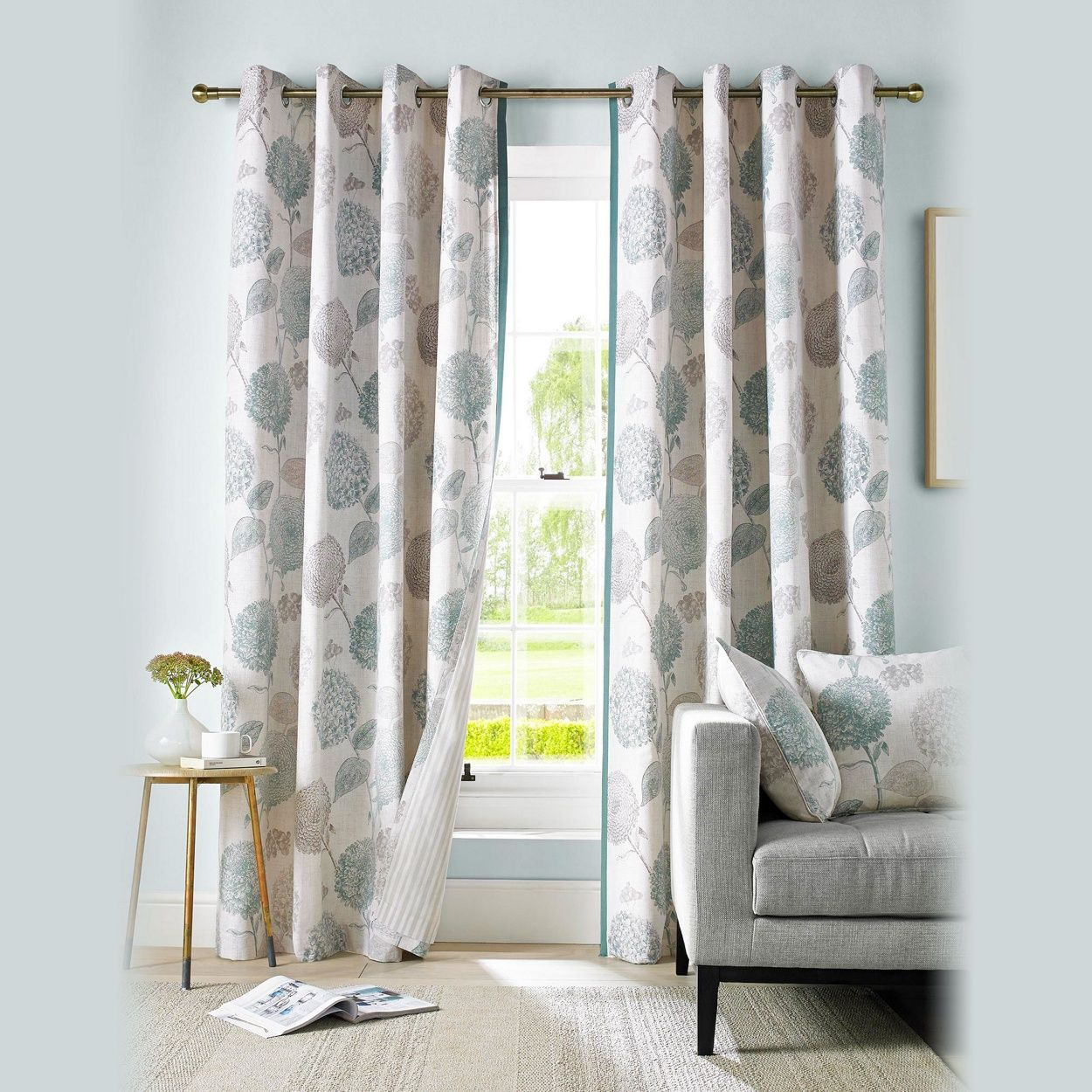 A fresh modern 100% cotton fabric. This stylish floral patterned ...
